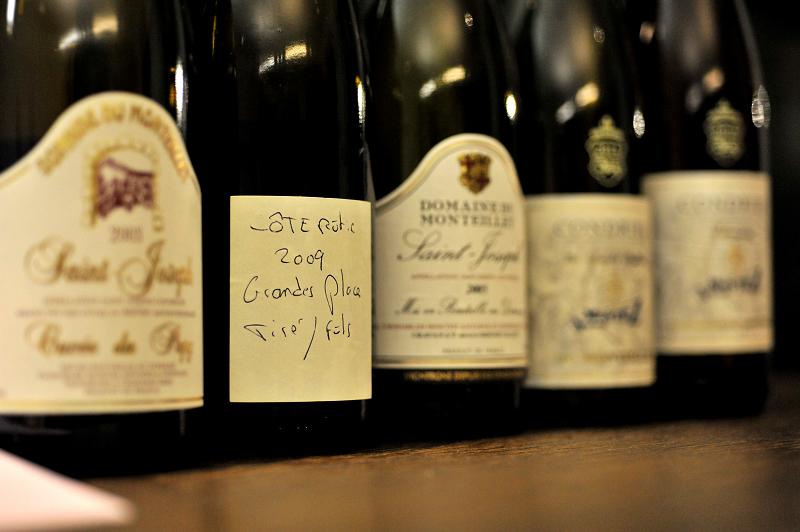 Le Service Du Vin Et Des Boissons En Gnral Seffectue Toujours Par La Droite Les Bouteilles Doivent Tre Ouvertes Lavance Pour Laisser Sarer